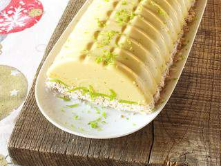 Bûche de noël végane crue à la mousse d'ananas et citron vert sur craquant de coco {option mangue possible}